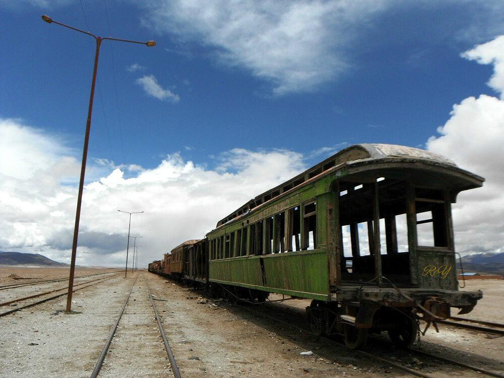 国境付近に放置された廃列車