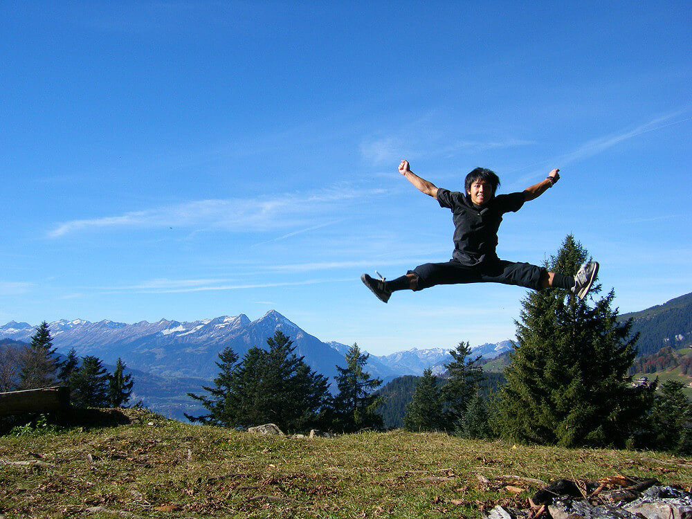 全力で高くジャンプした写真