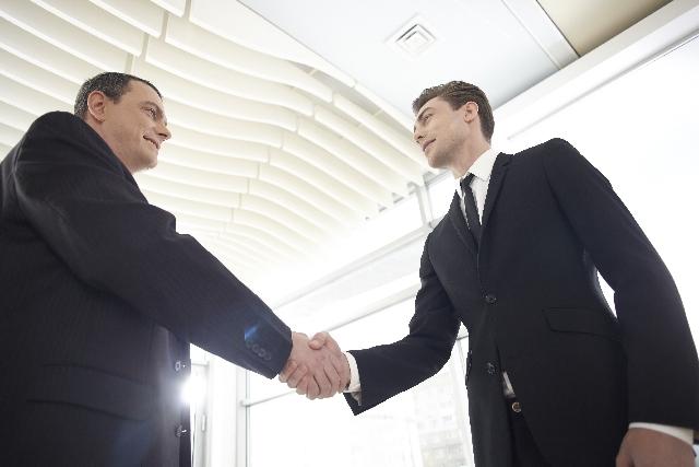 握手をする外国人の写真
