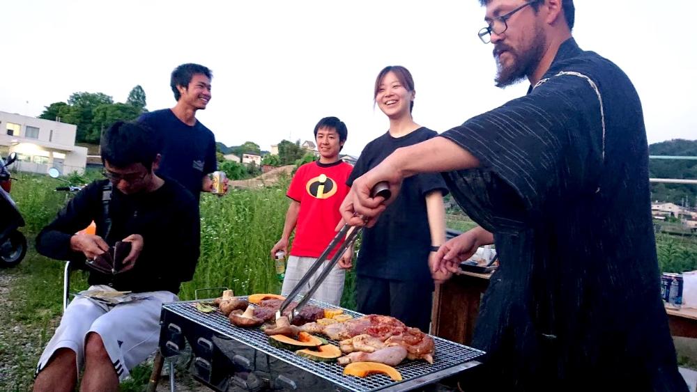 京都宇治和束町でお茶の収穫(季節労働シェアハウス友達とバーベキュー)の写真