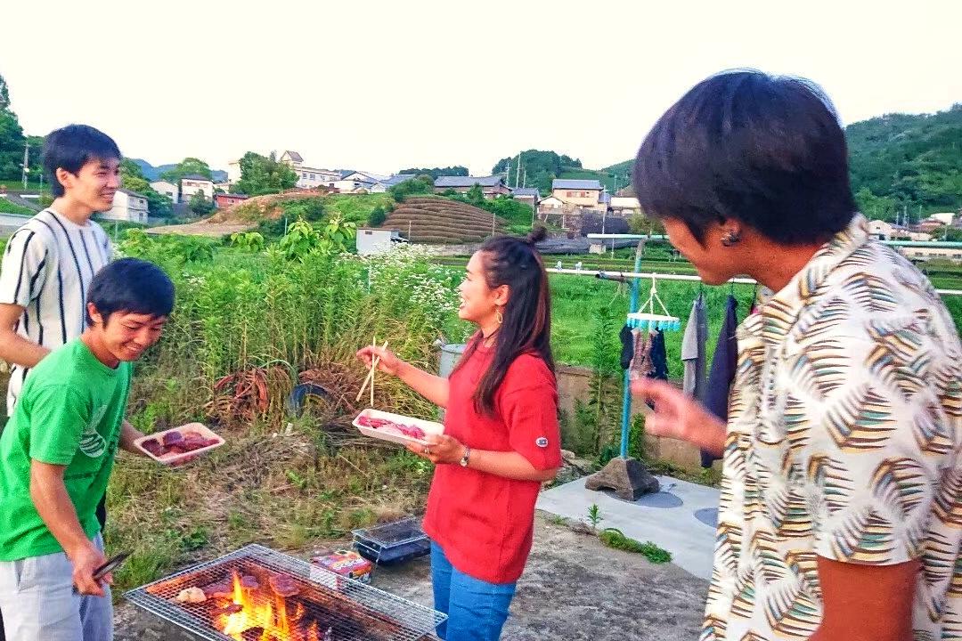 京都・和束町 宇治茶の季節労働アルバイト仲間とバーベキューの写真