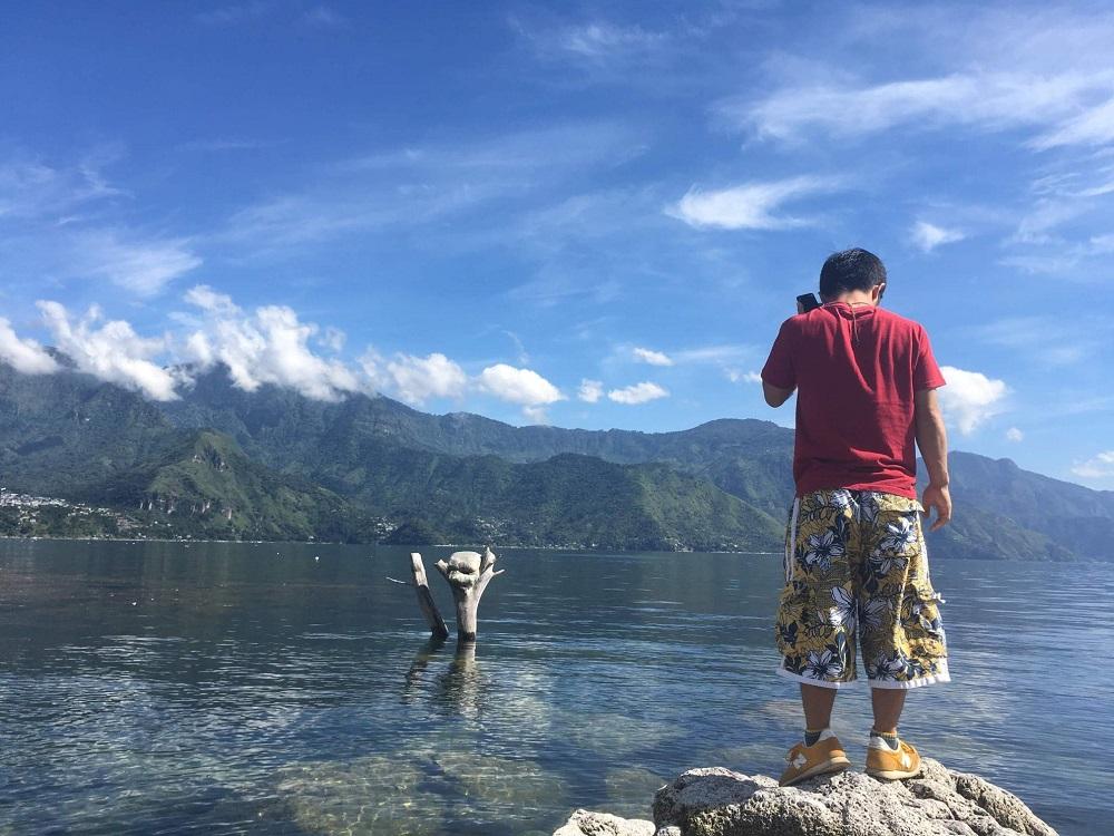 グアテマラ・アティトラン湖(岩の上で)の写真