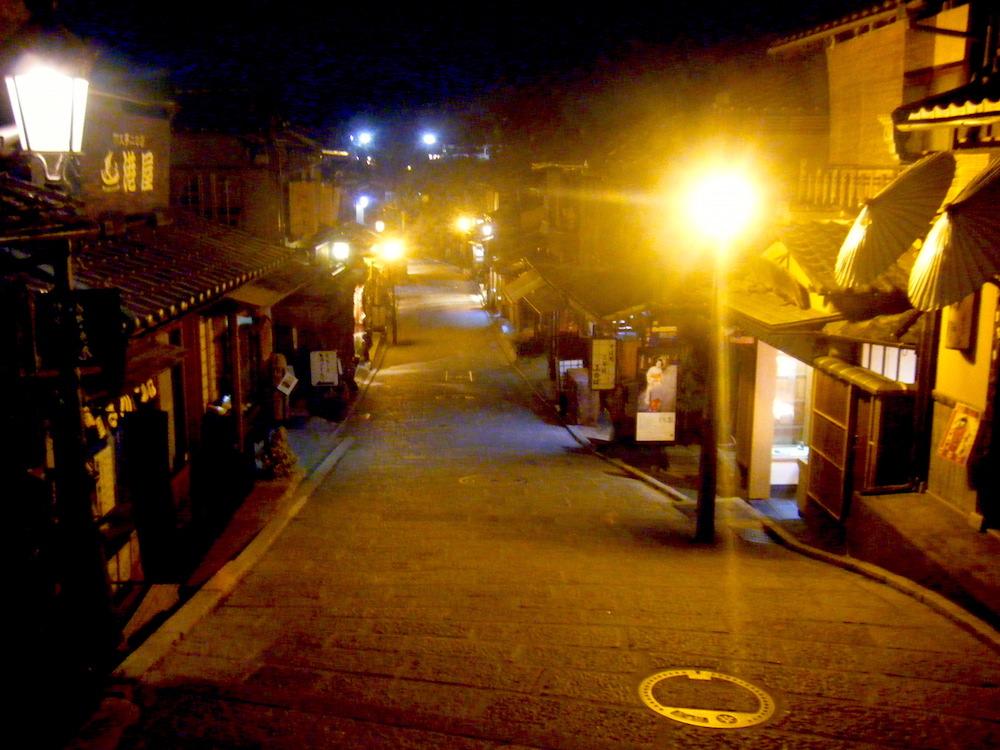 京都の夜の路地の写真