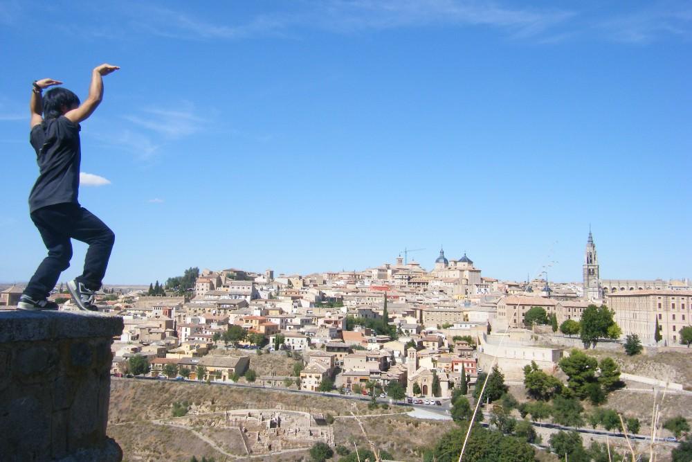 スペイン・トレドの町並み(と鶴の舞)で記念写真