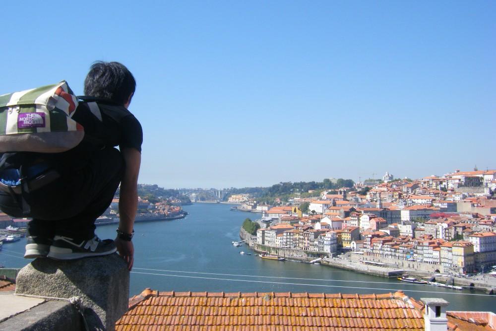 ポルトガル・ポルトの町並みで記念写真