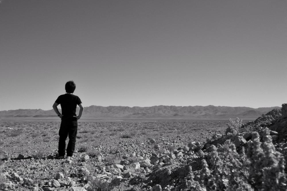 モロッコの砂漠で記念写真(白黒)