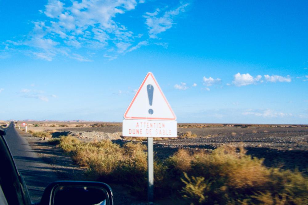 モロッコの砂漠の標識(ビックリマーク!)の写真