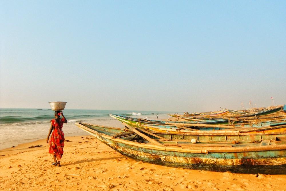 インド・プリーのビーチ(小舟と女性)の写真