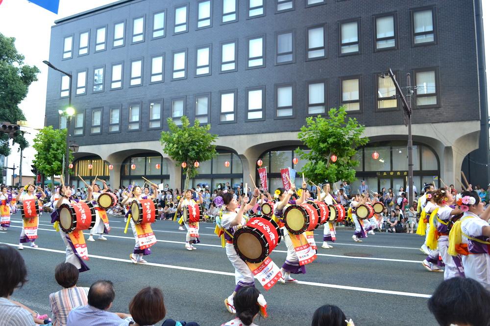 岩手|盛岡さんさ踊りパレード(白衣装の太鼓隊)の写真