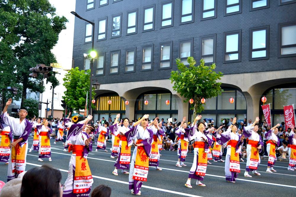 岩手|盛岡さんさ踊りパレード(白紫の衣装の踊り手)の写真
