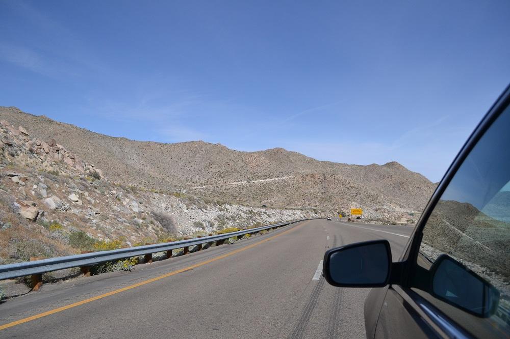 アメリカの道と山の写真