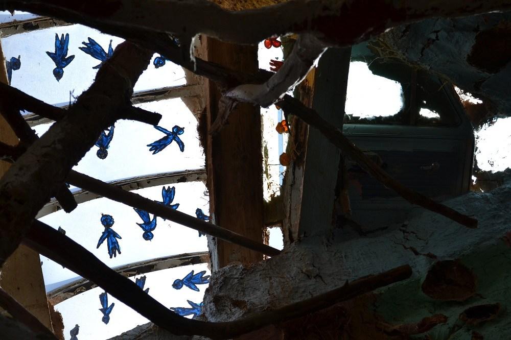 サルベーションマウンテンの青い鳥の写真