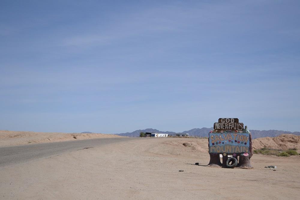 サルベーションマウンテン入口の写真