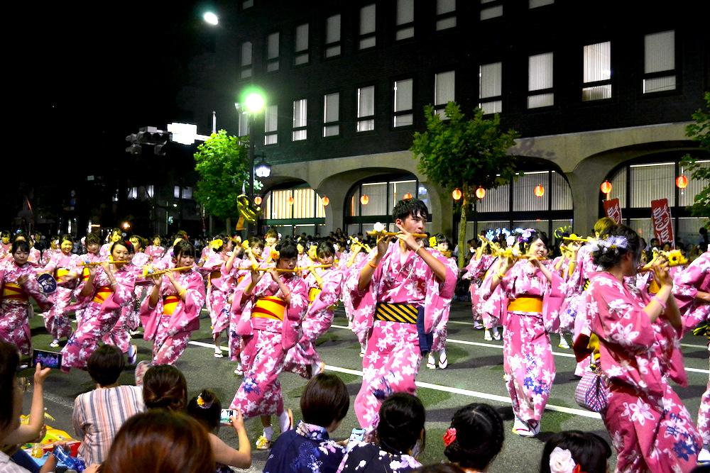 岩手|盛岡さんさ踊りパレード(ピンクの衣装の笛・踊り手)の写真