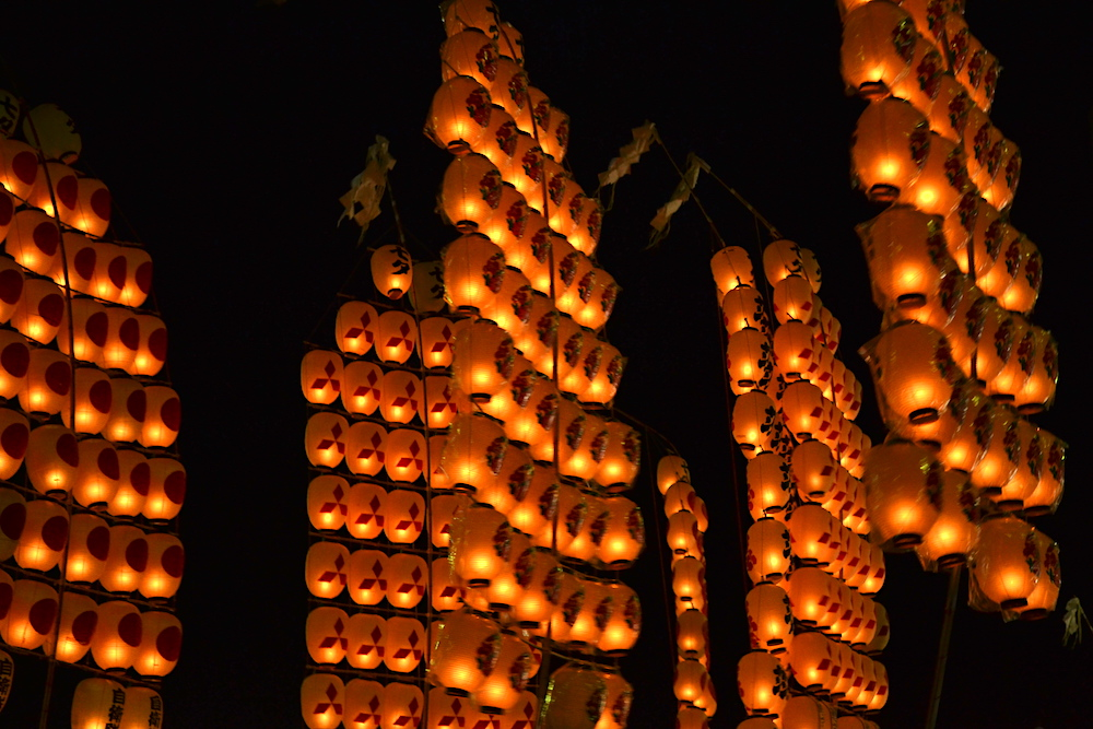 秋田竿燈まつり|夜本番・演技(空の灯籠アップ)の写真