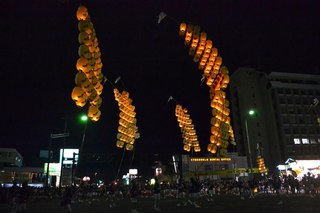 秋田竿燈まつり|夜本番・演技(長くてしなる竿燈)の写真