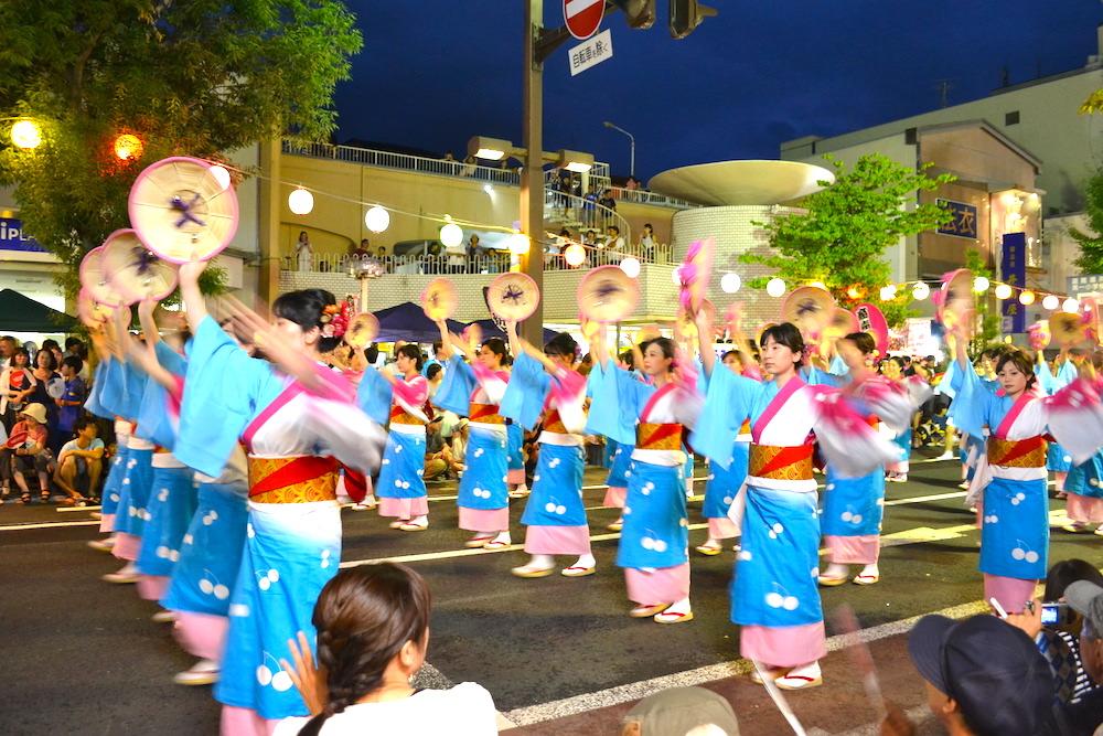 山形県花笠祭り(水色とピンクの着物の女性)の写真