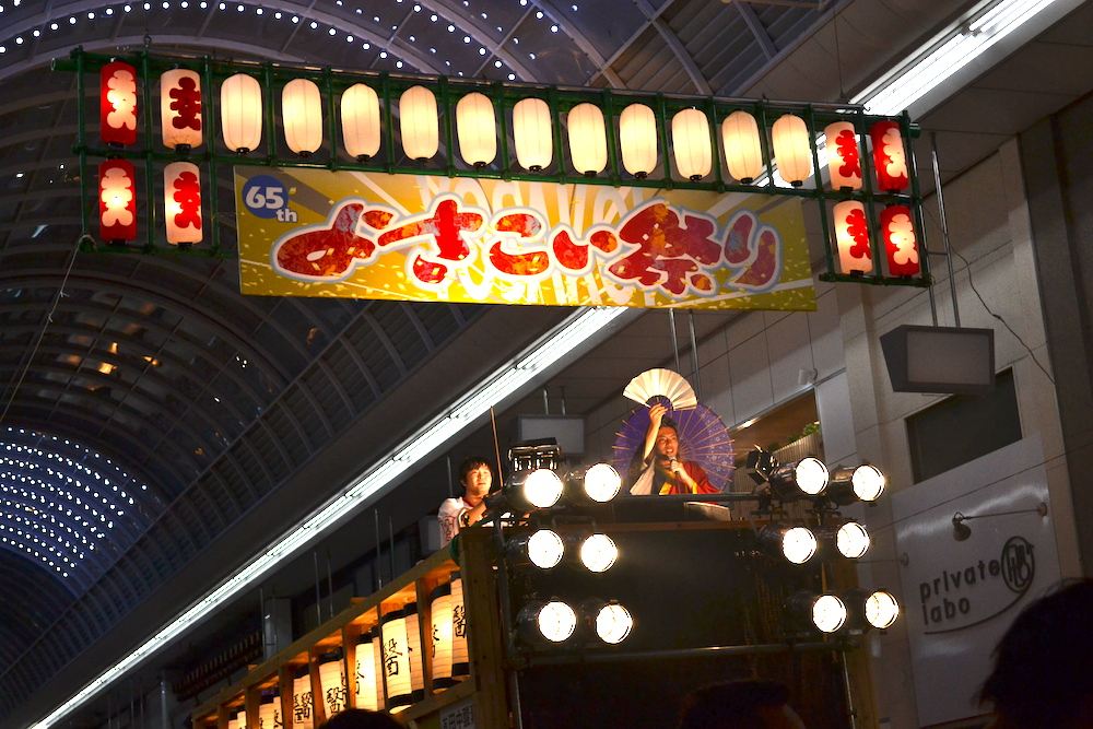 高知よさこい祭り|地方車のボーカルマイクパフォーマンスの写真