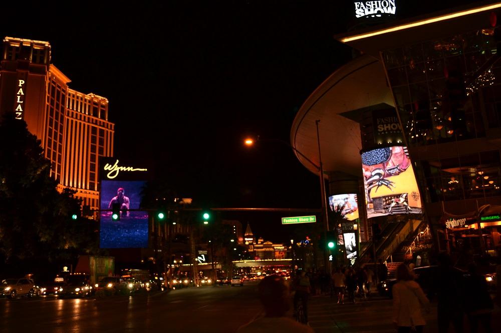 夜のラスベガスの大通りの写真