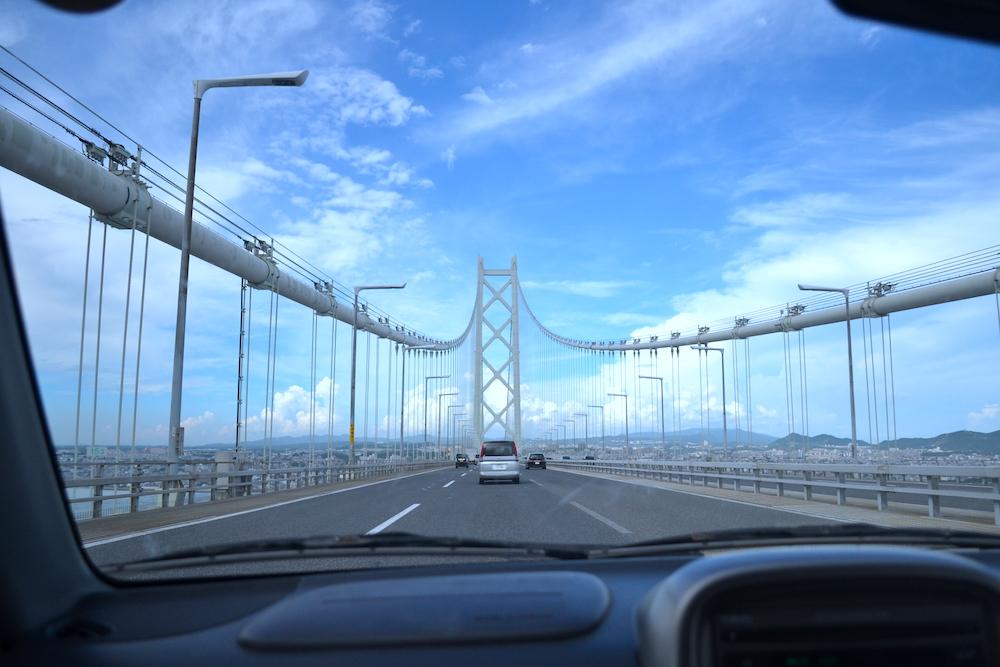 明石海峡大橋を通行中の写真