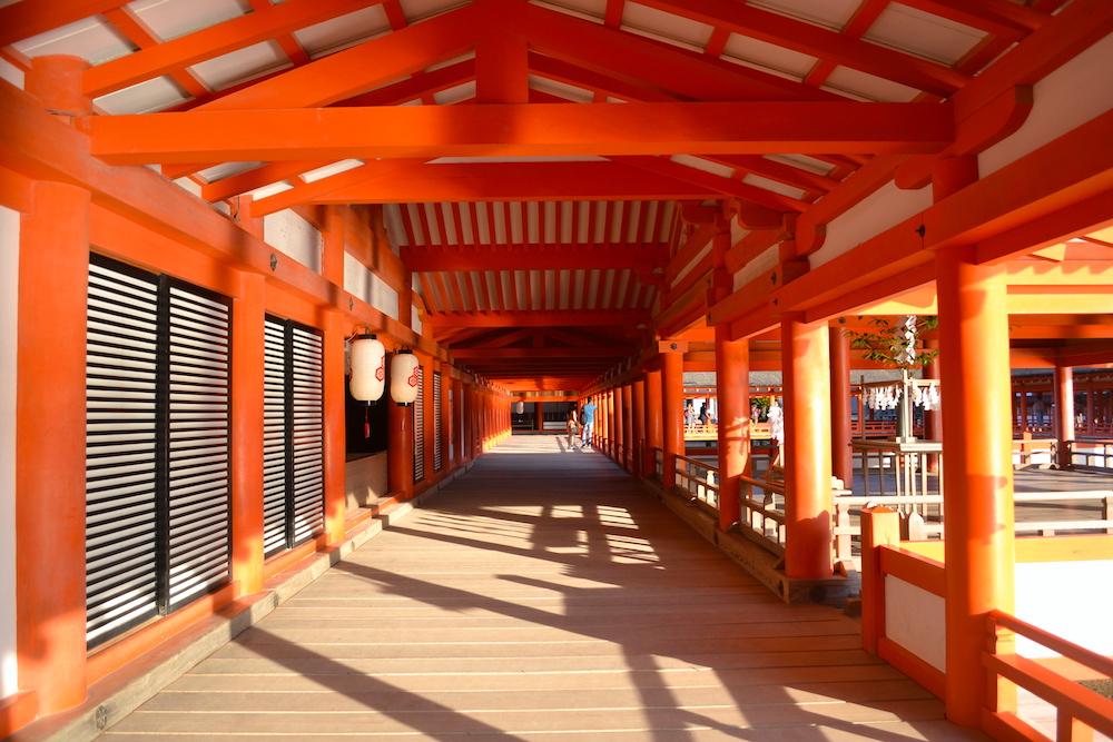 広島・厳島神社の廊下の写真