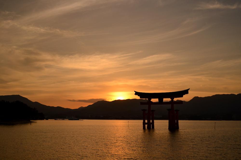 広島県廿日市市|厳島神社(海の鳥居と夕日)の写真