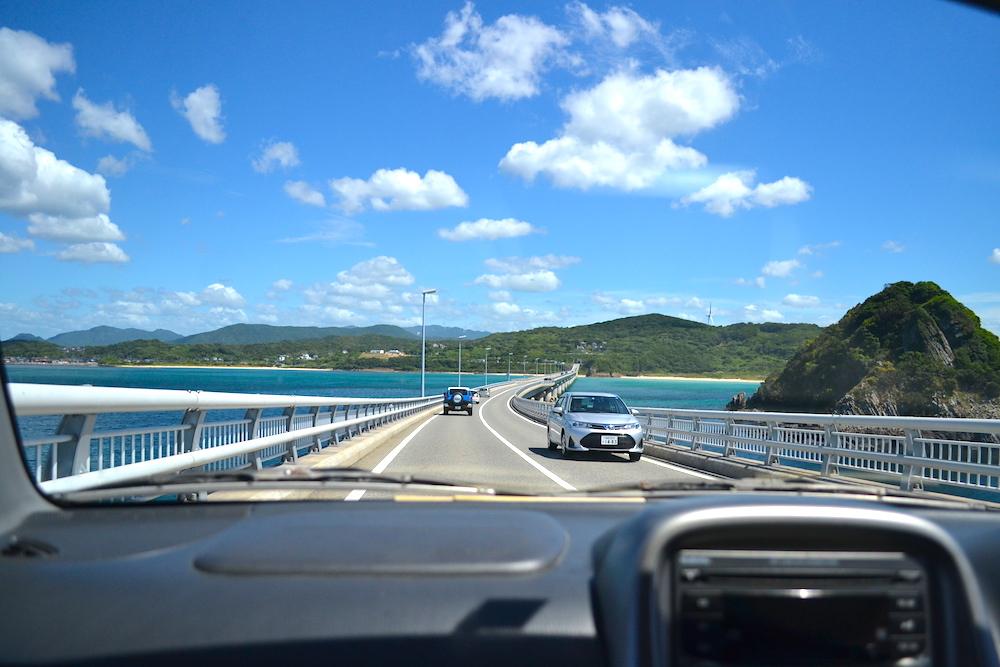 山口県の観光スポット角島大橋(走行中)の写真