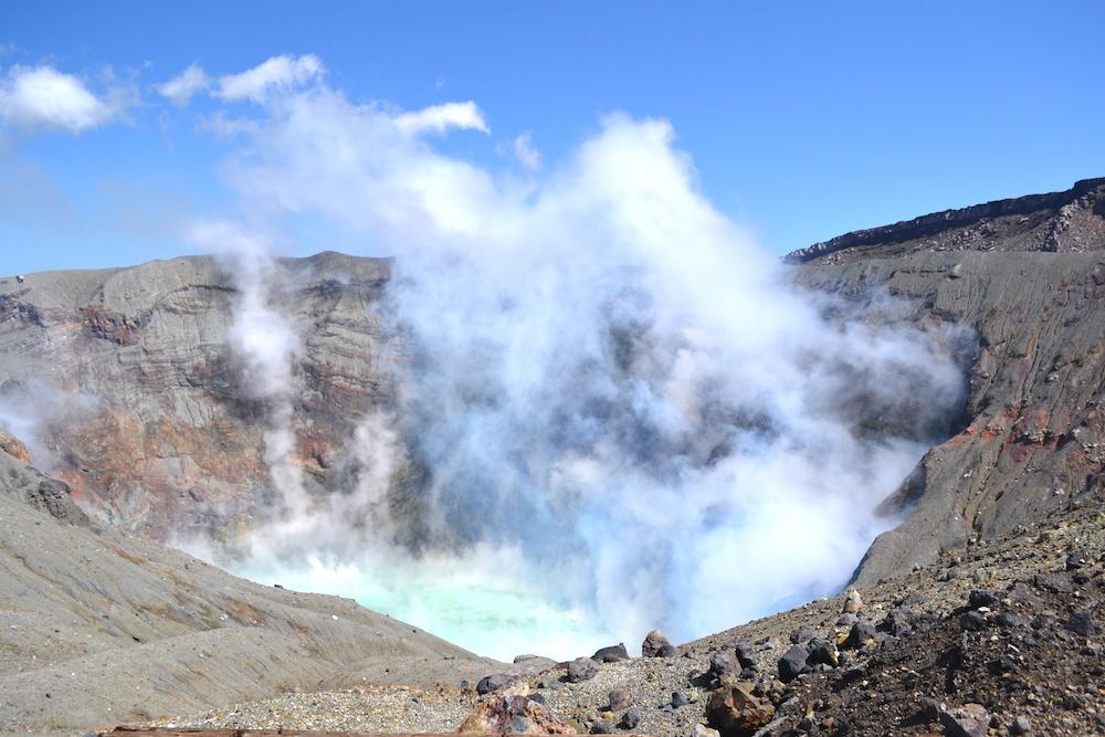 熊本県・阿蘇山エメラルドグリーンの火口湖(カルデラ)の写真