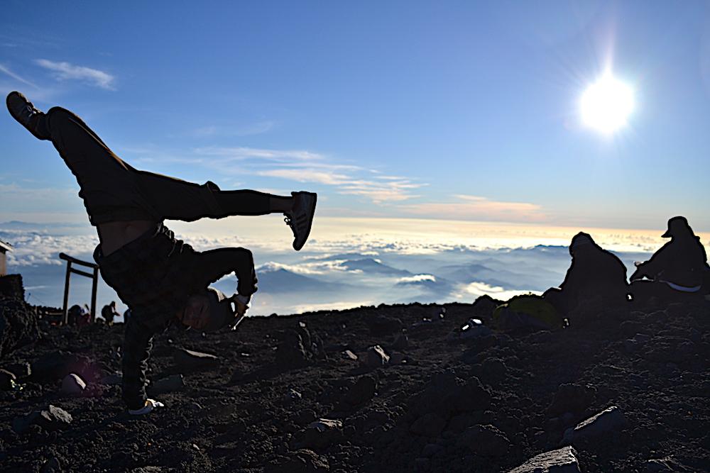 富士山頂でブレイクダンス(マックスフリーズ)の写真