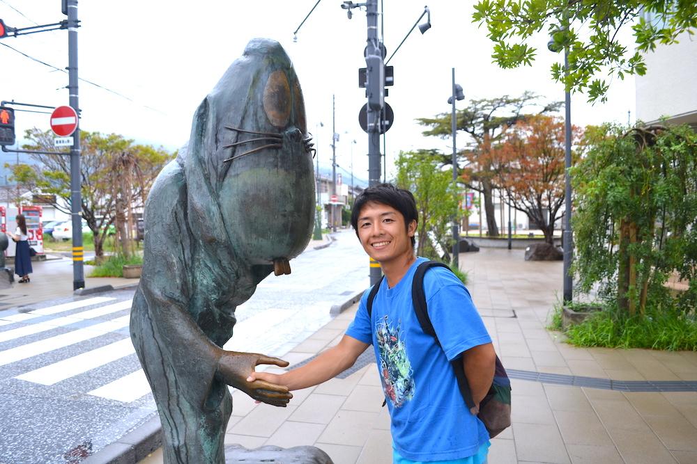 鳥取県の観光名所・水木しげるロードでねずみ男と握手の写真