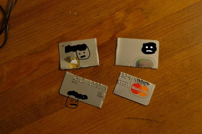 割れたクレジットカードの写真