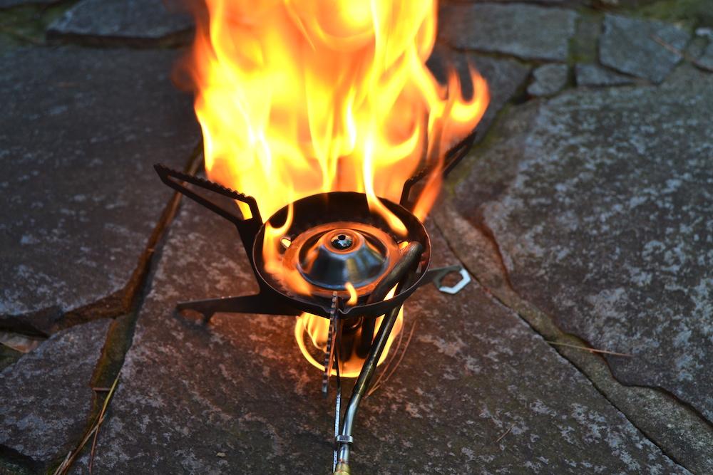 MSRウィスパーライト(予熱時、レギュラーガソリンの炎アップ)の写真