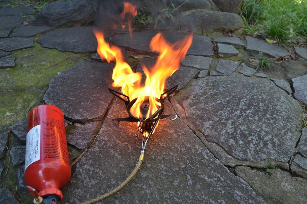 MSRウィスパーライト(予熱時、レギュラーガソリンの炎)の写真