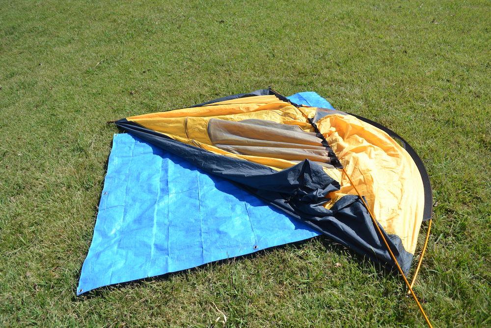 GeerTop2人用テントの貼り方(ポールを本体の両端の穴へ)の写真