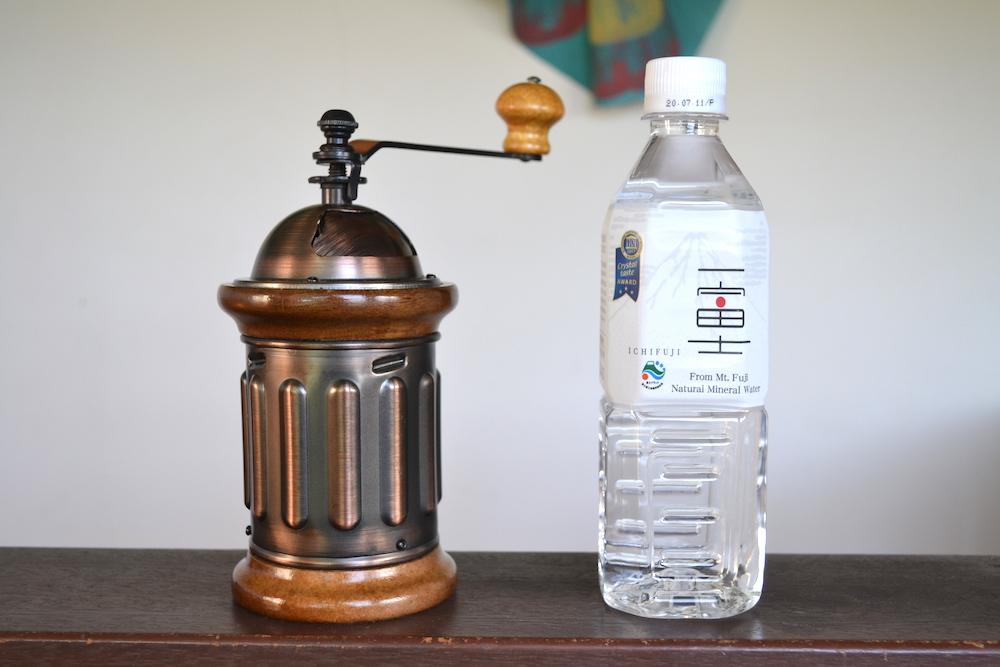 カリタのコーヒーミルKH-5(ペットボトルでサイズ比較)の写真
