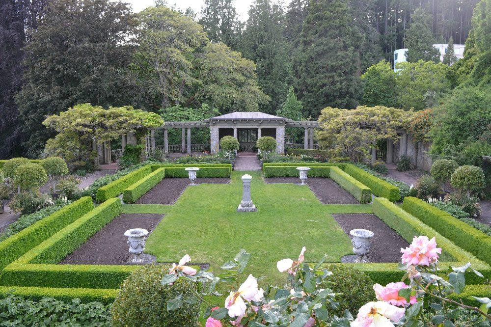 ロイヤルロードユニバーシティの庭の写真