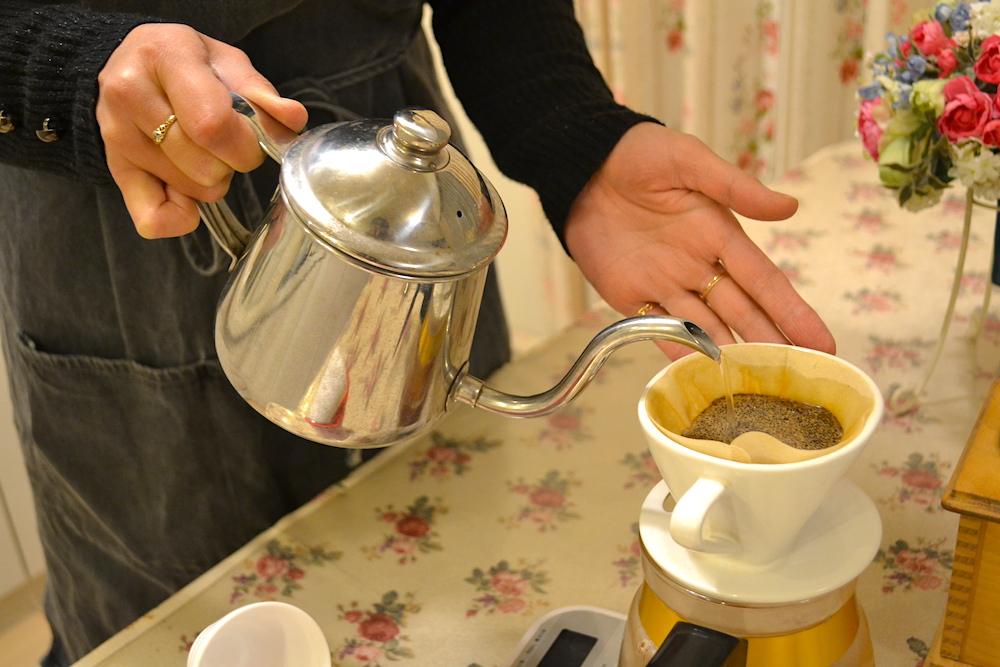 コーヒーを注ぐ手元(Eちゃん)の写真