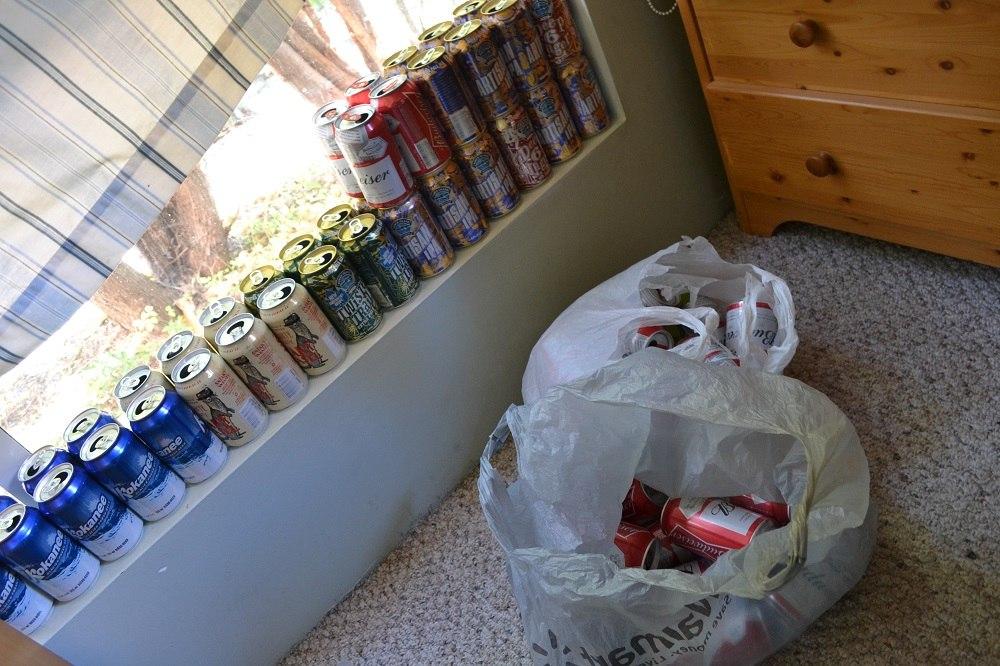 室内の空き缶の写真