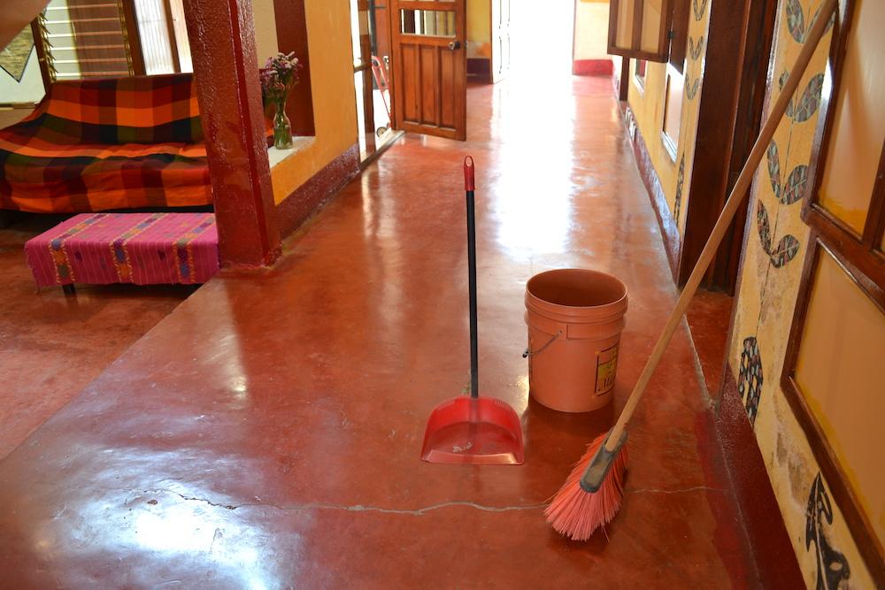 サンクリストバルの日本人宿カサカサの掃除セットの写真