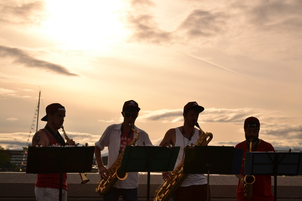夕日とストリートミュージシャン達の写真