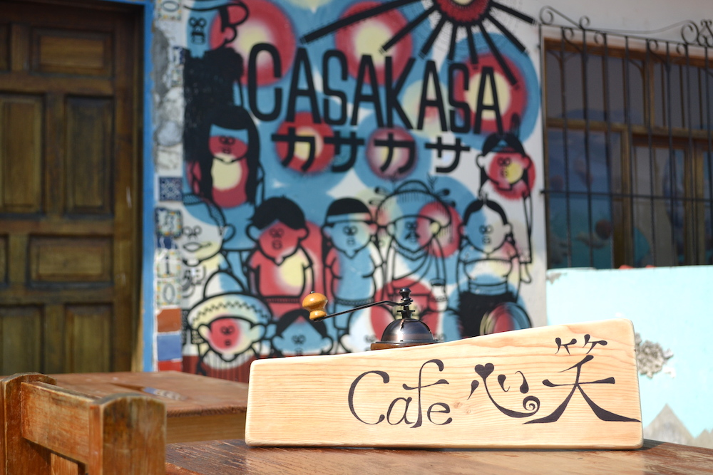 メキシコ・サンクリストバル|Cafe 心笑の看板(テラスと壁画)の写真