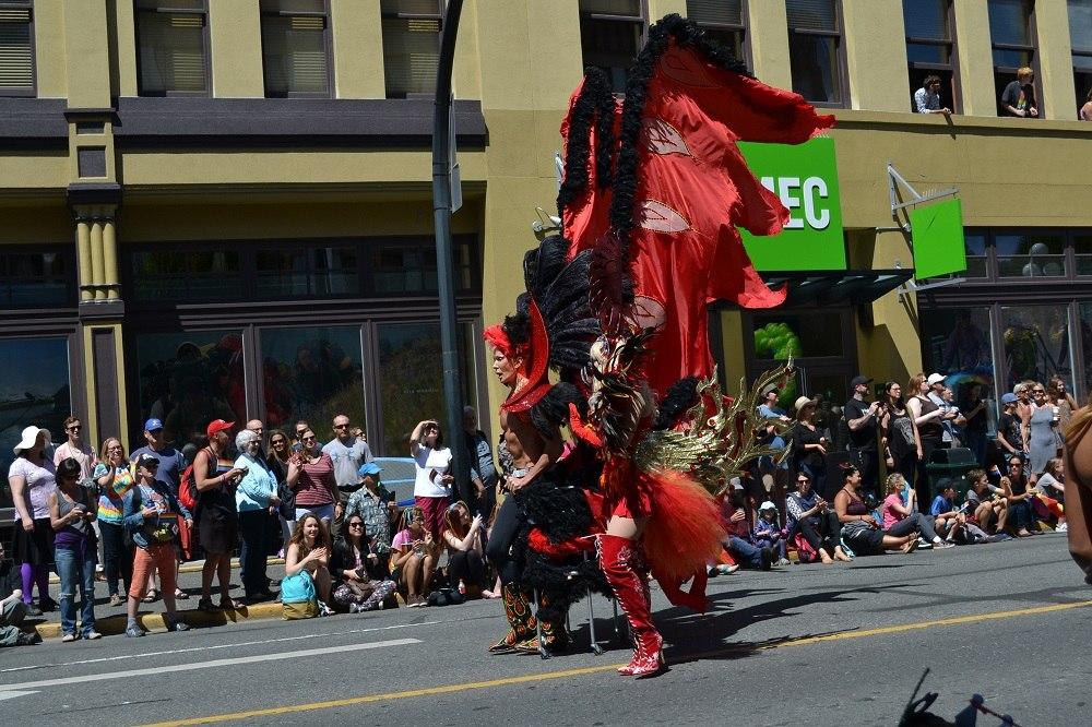 pride paradeで豪華な衣装を着た人の写真