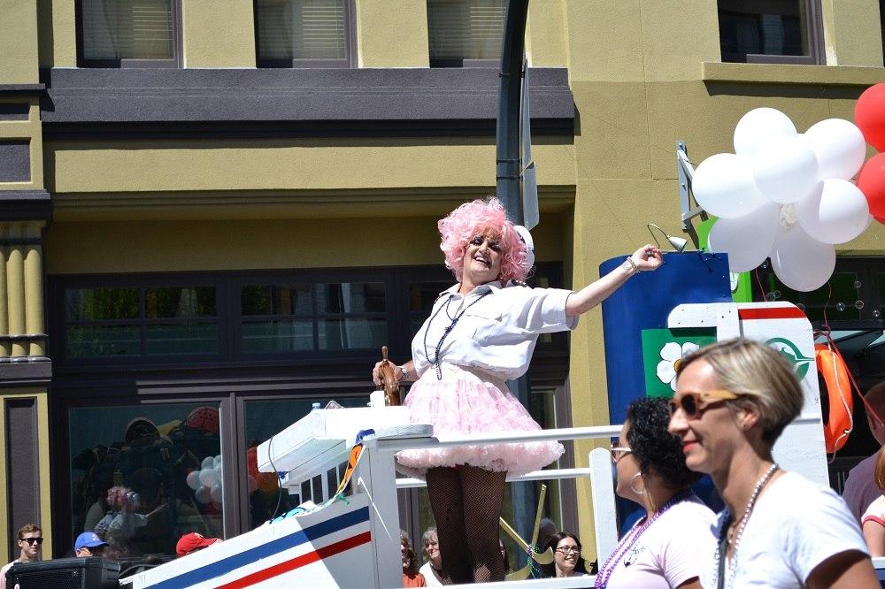 pride paradeで女装する男性の写真