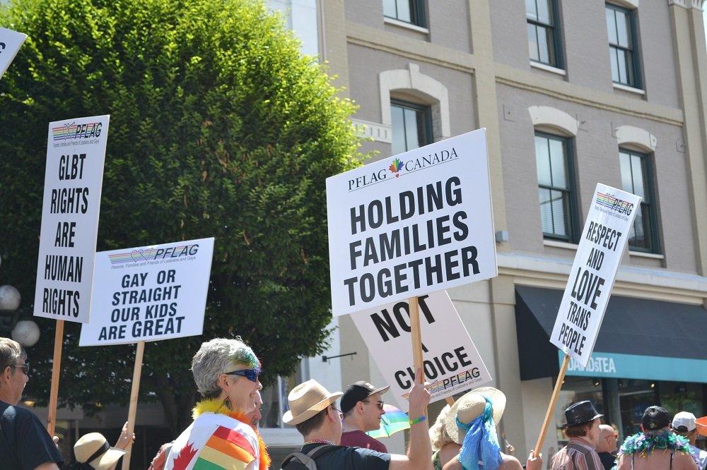 pride paradeでプラカードを掲げる団体の写真