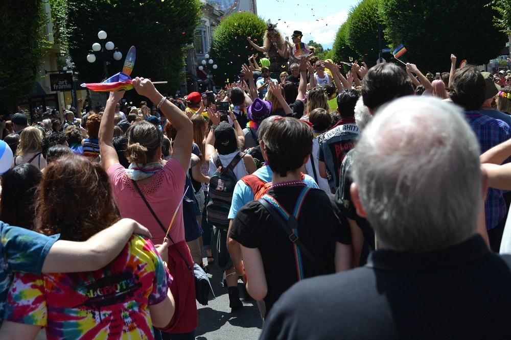 pride paradeにみんなで参加してる写真