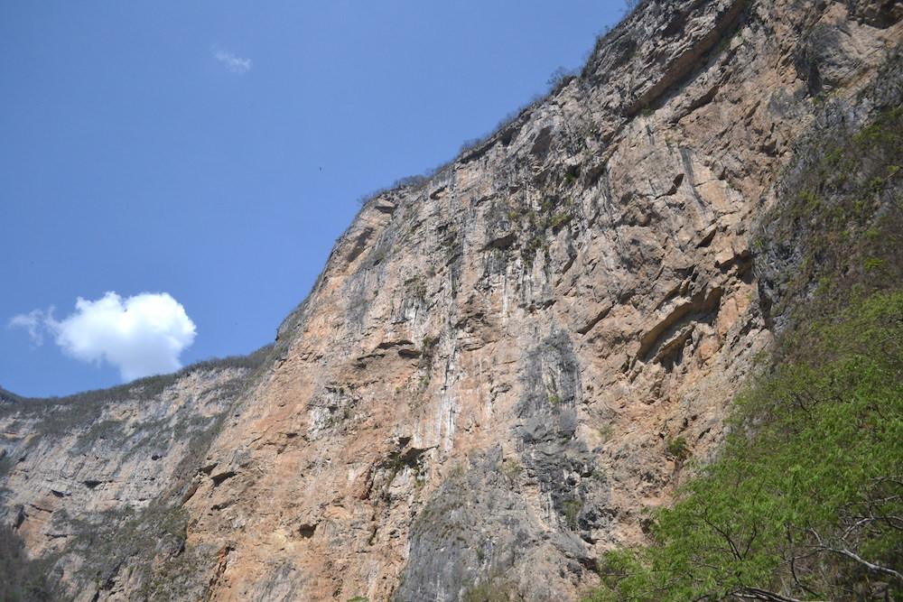 メキシコ・スミデロ渓谷ボートツアー絶壁の写真