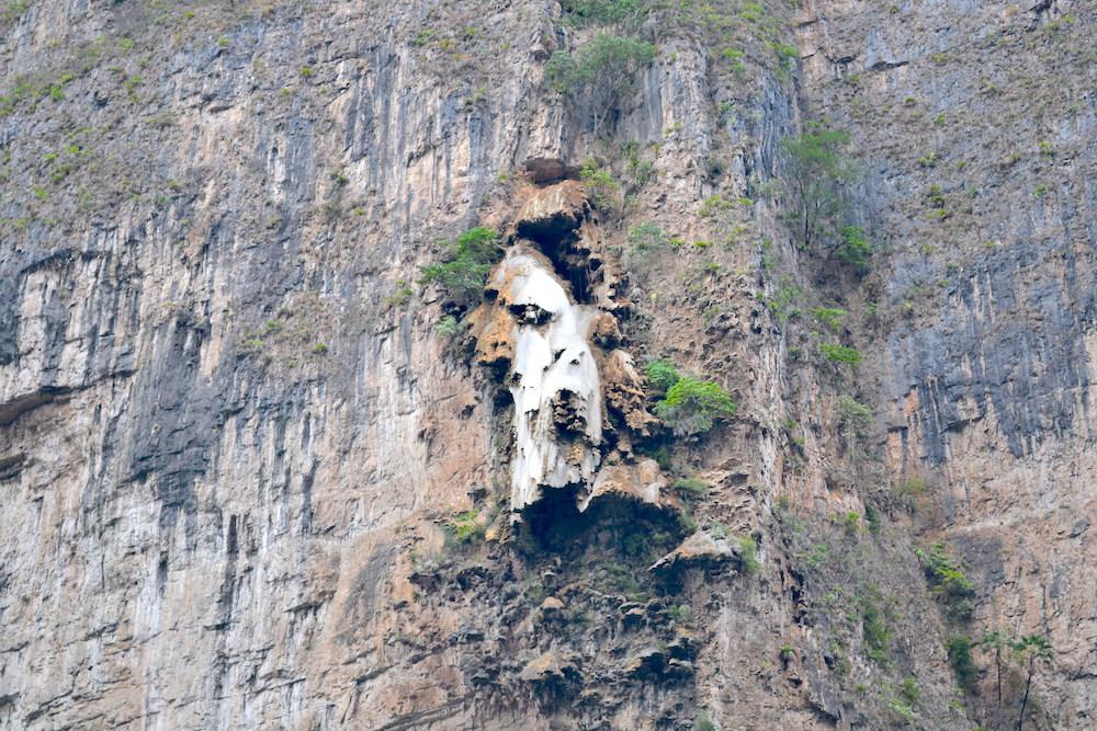 メキシコ・スミデロ渓谷ボートツアークリスマスツリーの滝(アップ)の写真