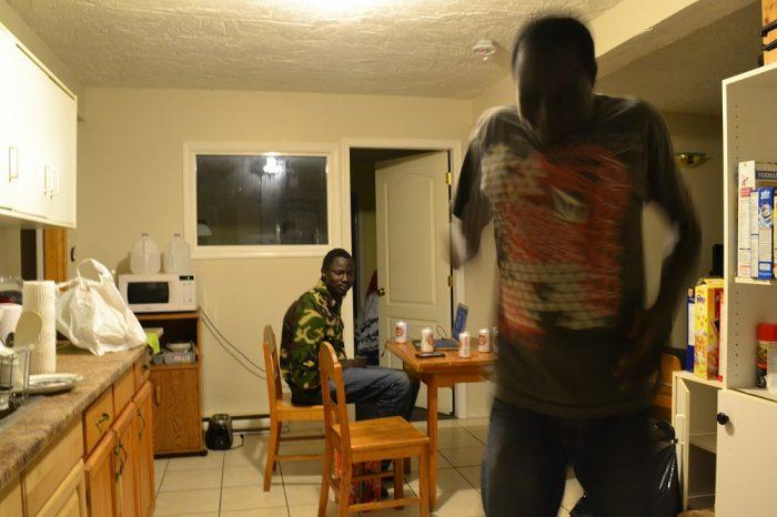リビングで踊る南スーダン人の写真