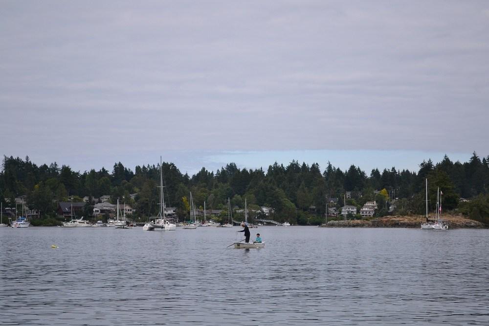 ボートで蟹漁の写真