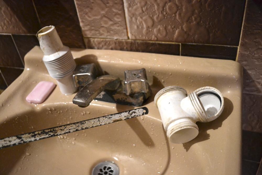掃除で商売繁盛!排水管をブラシで洗浄の写真